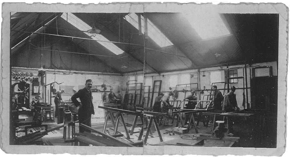 Workshop of MHB in the 1930s with several profile systems